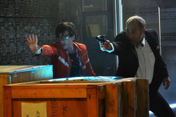 """יותם ישי האלמוני (בתפקיד הראשי) וצחי גראד (הלא אלמוני) ב""""אני לא מאמין, אני רובוט""""."""