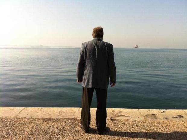 """לוקיישן סקאוטינג מפואר. מכרם ח'ורי עומד מול הים. מתוך """"הבן של אלהים"""""""