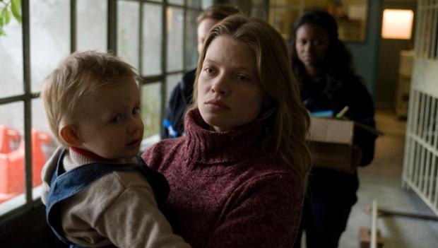 """אמא ותינוק מאחורי הסורגים. מלאני טיירי בתפקיד הראשי ב""""אומבלין"""""""