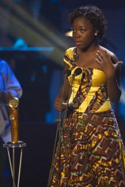 רייצ'ל מוואנזה מתרגשת בקבלתה את פרס השחקנית, הערב בקוויבק