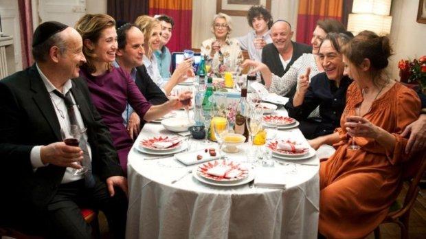 """סיט-קום. משפחה יהודית בצרפת. """"רחוב מנדר""""."""