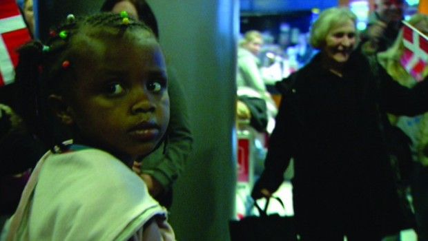 """הילדה האתיופית מגיעה לדנמרק. """"מחיר האימוץ"""""""