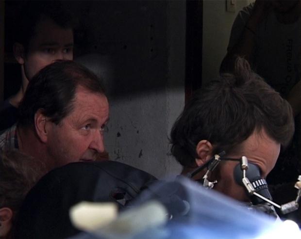 רוי אנדרסון והצוות במהלך צילום סצינה.