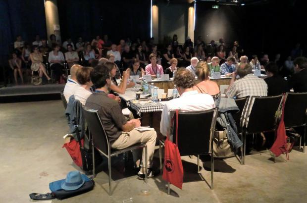 חברי הפאנל במרכז. הקהל מאחור. כך נראה קו פרו 2013.