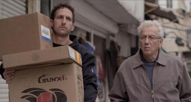 """מוני מושונוב ואורי פפר. אב ובנו הולכים """"מעל לגבעה""""."""