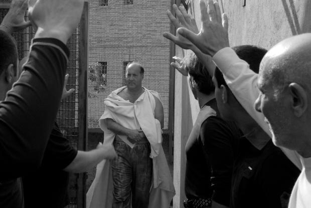 """חצר של כלא או רחובה של עיר. מתוך """"קיסר חייב למות"""""""