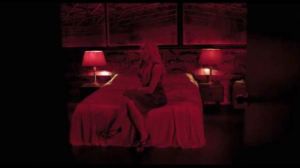 """קריסטין סקוט תומס המאוד מאוד מאוד אדומה ב""""רק אלהים סולח"""""""