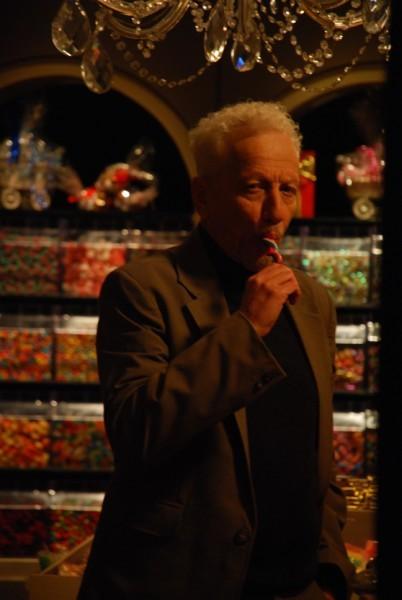 """מוני מושונוב אוכל סוכריה לפני ש...מתוך """"סוכריות"""". צילום: קירה ביק"""