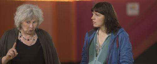 """יולנד מורו (משמאל), המופיעה בתפקיד קטן בסרט של עצמה, ומיס מינג בתפקיד רוזט ב""""הנרי"""""""