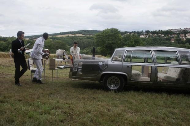 """פקניק עם מכונית שקופה. עוד אחת מההמצאות המעייפות של גונדרי ב""""צל הימים""""."""