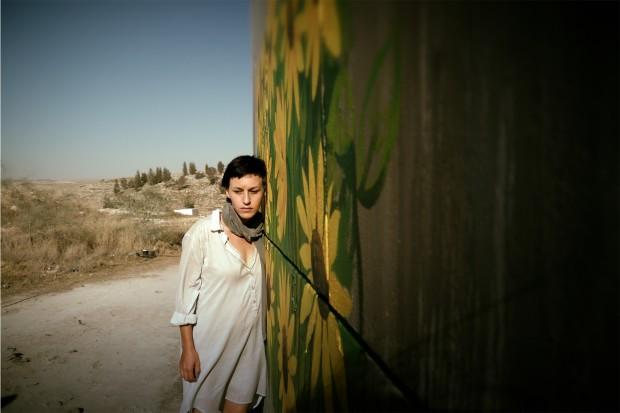 """על יד הגדר. מתוך """"בורג"""". צילום: אסף שניר"""