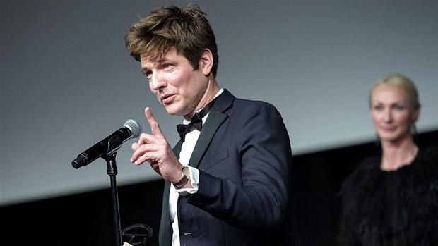 """תומס וינטרברג הבמאי מקבל את פרס הרוברט על """"ניצוד""""."""