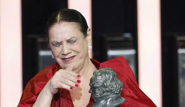 """טרלה פאבז, זוכה בפרס שחקנית המשנה על תפקידה ב""""מכשפות מסוגארמורדי""""."""