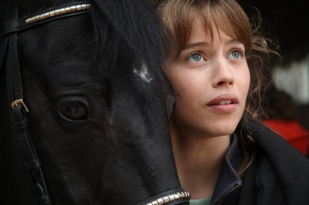 זאת לו דה לאז' (כאן עם ז'אפלו, הסוס). יש לה תפקיד קטן בסרט, אבל היא הלב הפועם שלו