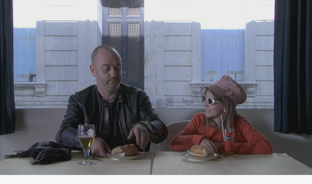 """נהג המשאית והילדה בהפסקת אוכל. מתוך """"קוראים לי המממ.."""""""