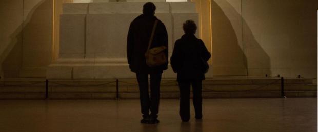 """סטיב קוגן (בתפקיד העיתונאי) וג'ודי דנץ' (בתפקיד פילומה) ב""""פילומנה"""""""