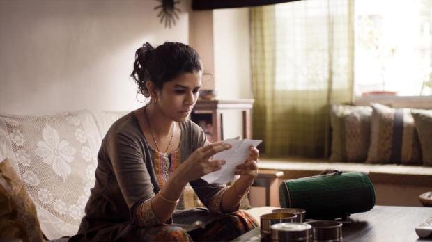 """הלאנצ'בוקס על השולחן, המכתב ביד, הרגש בלב. מתוך """"לאנצ'בוקס"""""""
