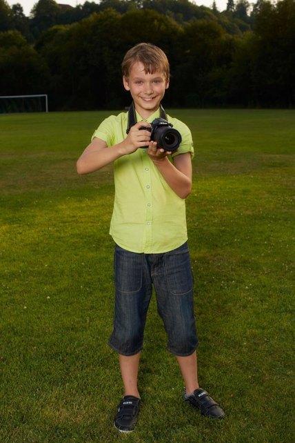 """ילד מצלם סרט. """"לראות את הים""""."""