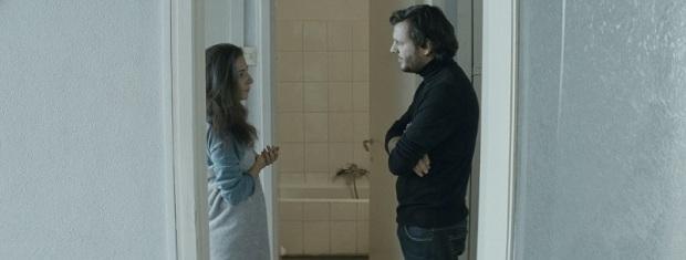 הבמאי והשחקנית בחזרות לסצינה בסרט שבתוך הסרט שבתוך החיים