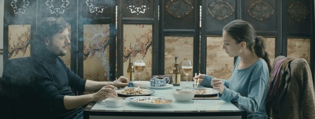 צ'ופסטיקס. הבמאי והשחקנית אוכלים בחיים האמיתיים שבתוך הסרט.