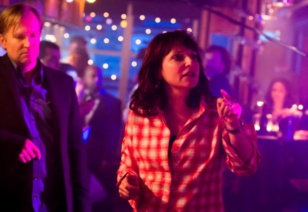"""סוזאן ביר על הסט של """"הזדמנות נוספת"""". בצד שמאל - אולריך תומסן (""""איה"""")"""