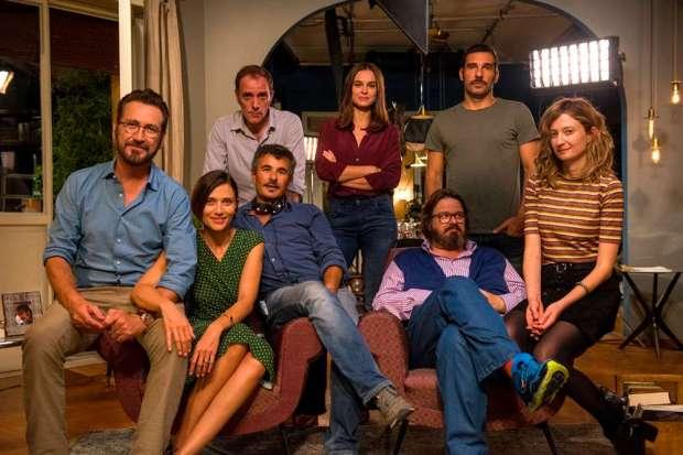 זרים מושלמים על הסט. שלישי משמאל, עם האזניות: פאולו ג'נובזה, הבמאי.